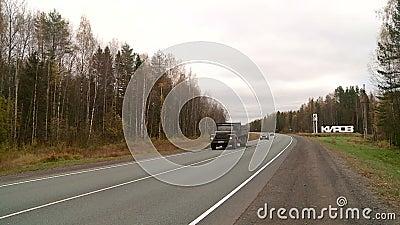 Автомобили идут на шоссе в осени сток-видео