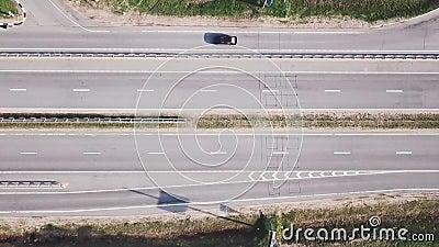 Автомобили идут шоссе в лете сток-видео