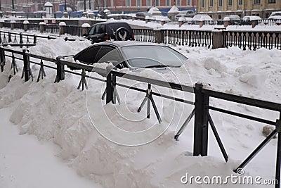автомобили идут снег вниз Редакционное Изображение