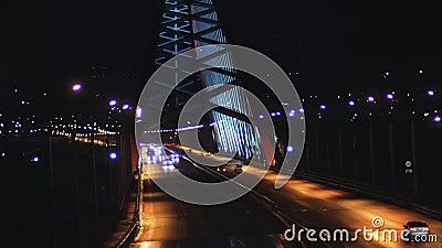 Автомобили на мосту ночью акции видеоматериалы