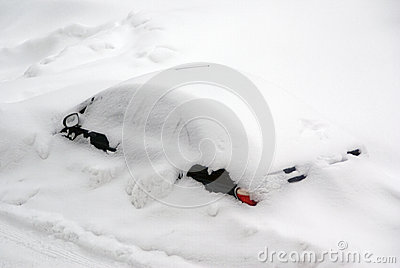 Автомобиль после шторма снежка