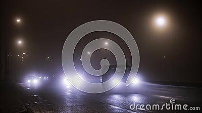 Автомобили управляют на дороге в тумане акции видеоматериалы