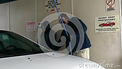 Автомобиль мытья человека и женщины в мойке Само-подачи (зима) акции видеоматериалы