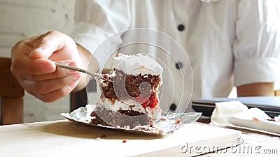Азиатка вкусно ела торт в кафе акции видеоматериалы
