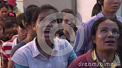 Азиатская фабрика швейной промышленности: Толпа работников выходя конец дня сток-видео