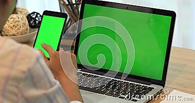 Азиатский телефон обнесенное решеткой места в суде руки женщины Телефон и компьтер-книжка на столе с зеленым экраном акции видеоматериалы