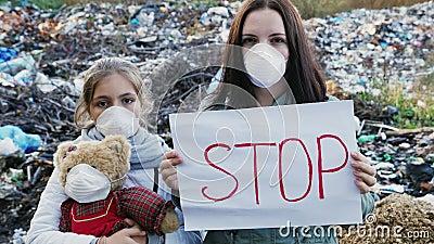 Активисты семьи с плакатом стопа на ненужном сбросе видеоматериал