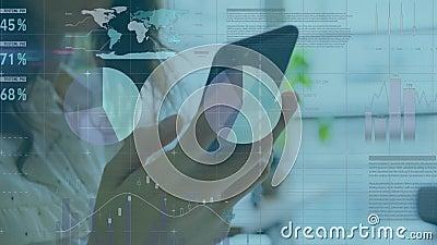 Анимация бизнес-женщины с помощью смартфона с обработкой финансовых данных акции видеоматериалы
