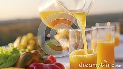 Апельсиновый сок полит в стекло сток-видео