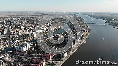 Астрахань Обваловка города сверху Туристическое судно Памятник Питер 1 сток-видео