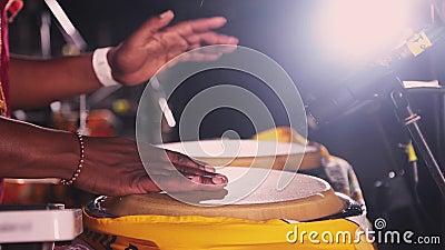 Африканские барабанчики бонго игры человека на под открытым небом ноче party зрелищность Руки fastly бить ритм акции видеоматериалы