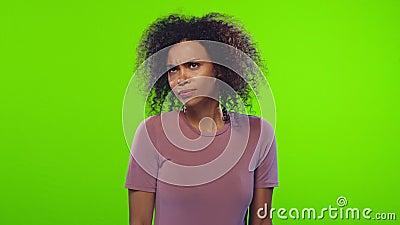 Африканские женские плечи пожимают плечи, не могут заставить принять решение о том, что ключ от хромы может быть запутан видеоматериал