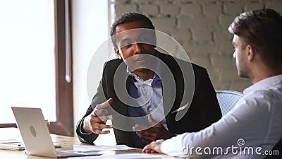 Афро-американская профессиональная беседа советника консультанта менеджера к кавказскому клиенту видеоматериал