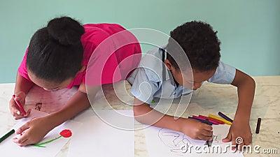 Афро-американские дети уча как нарисовать с crayon на таблице видеоматериал