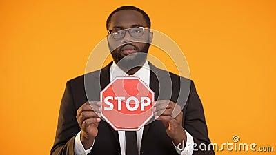 Афро-американский мужской показывая знак стопа, кампания борьбы с расизмом, социальная равность видеоматериал