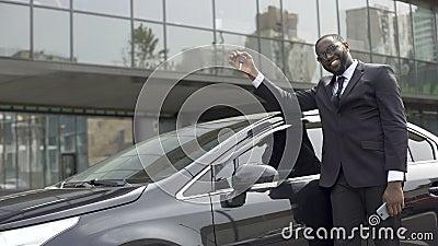 Афро-американский человек довольный который выполнил его мечту и купил роскошный автомобиль акции видеоматериалы