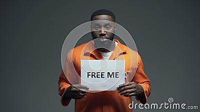 Афро-американское удерживание пленника освобождает меня знак в клетке, невиновном прося помощь акции видеоматериалы