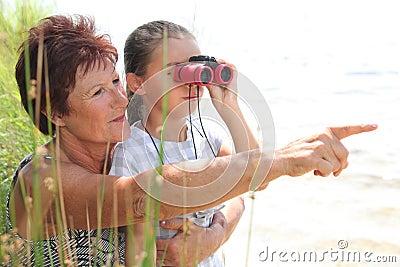 Бабушка и маленькая девочка