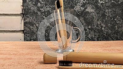 Бамбуковая зубная щетка с естественной щетинкой продемонстрирована с космосом для текста видеоматериал