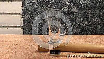 Бамбуковая зубная щетка с естественной щетинкой продемонстрирована видеоматериал