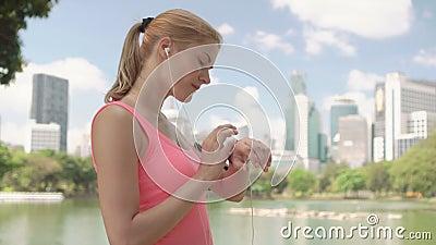 Бегун женщины jogging в парке Тренировка подходящего женского фитнеса спорта идущая Используя smartwatch акции видеоматериалы
