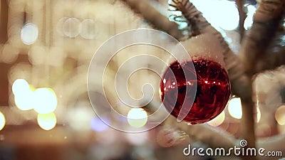 Безделушка рождественской елки под крупным планом снега видеоматериал