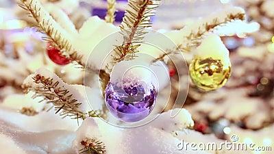 Безделушка рождественской елки под крупным планом снега акции видеоматериалы