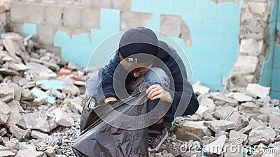 Бездомный сиротский мальчик ища еда в акции видеоматериалы