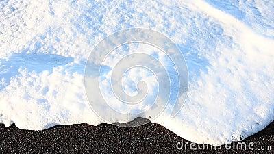 Белая пена покрывает скорость пляжа квартальную сток-видео