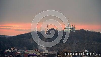 Белая церковь на предпосылке облачного неба небо захода солнца вероисповедание в Восточной Европе Полтава, Украина 4k сток-видео