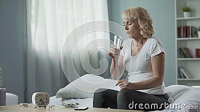 Белокурое зрелое женское усаживание на кровати и медицине пилюльках принимать, здоровье и видеоматериал