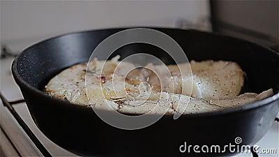 Белые рыбы зажарили в лотке на плите r Славный план Пузыри кипя масла видимы видеоматериал