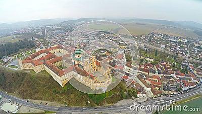 Бенедиктинское аббатство на городке Melk, Австрии река danube над взглядом акции видеоматериалы
