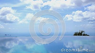 Бесконечная вода бассейна против голубого неба в роскоши сток-видео