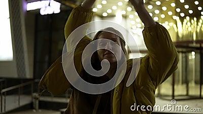 Беспечальная усмехаясь женщина airily танцуя на улице ночи Трясти ее голову с короткими светлыми волосами видеоматериал