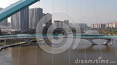 Беспилотник опасно летает через расширения кабельного моста акции видеоматериалы