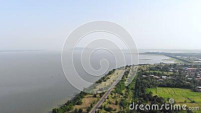 беспилотный летательный аппарат с видом на живописный пейзаж реки на природу, гору и лес видеоматериал