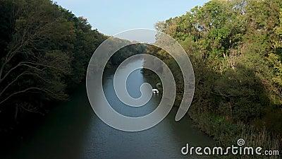 Беспилотный полет вдоль реки акции видеоматериалы