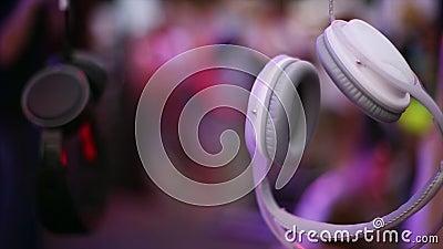 Белые и черные наушники висят на проводе на под открытым небом партии фестиваля зрелищность люди праздники видеоматериал