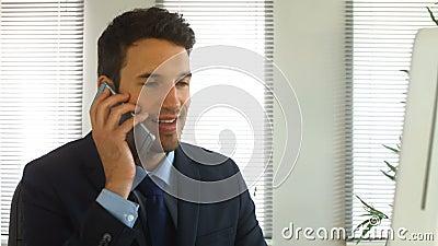 Бизнесмен заканчивая телефонный звонок сток-видео