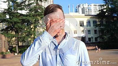Бизнесмен изнемогает потеющ в улице на день лета горячий анормалная жара Экологические катаклизмы 4K медленно видеоматериал
