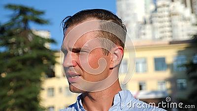 Бизнесмен изнемогает потеющ в улице на день лета горячий анормалная жара Экологические катаклизмы 4K медленно акции видеоматериалы