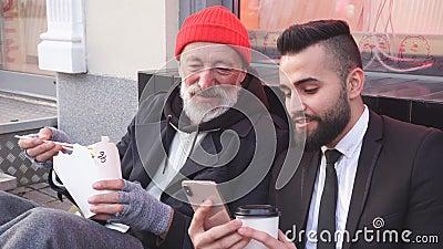 Бизнесмен показывает по телефону интересные вещи бродяге видеоматериал