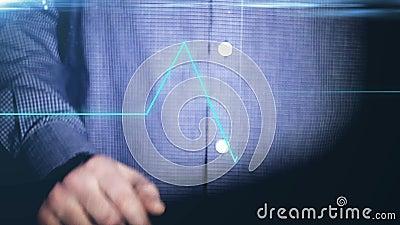 Бизнесмен работая на голографическом интерфейсе финансовохозяйственно bluets Укомплектуйте личным составом касаться визуальному э сток-видео