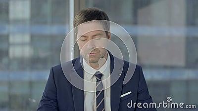 Бизнесмен спит, сидя на работе сток-видео