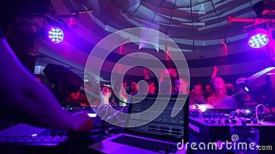 Бить людей на танцплощадке как DJ выполняет комплект музыки видеоматериал
