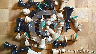 Близко к старинным шахматам, лежащим на деревянной доске акции видеоматериалы