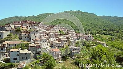 Более близкий взгляд на маленькие бетонные дома в Петрелло Сальто Италия акции видеоматериалы