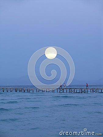 большая луна над пристанью