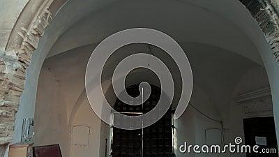 Большие деревянные ворота древнего замка, вход через большую арку видеоматериал